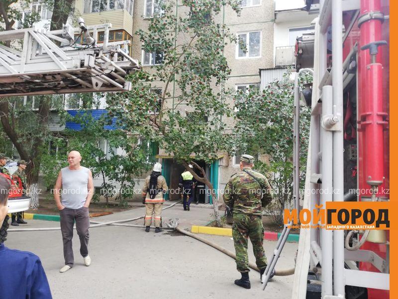 50 жителей многоэтажки эвакуировали из-за пожара в Уральске