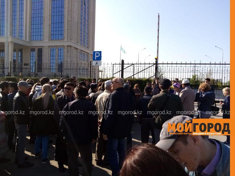 В Актобе родные полицейских, осужденных за пытки, вышли к зданию прокуратуры