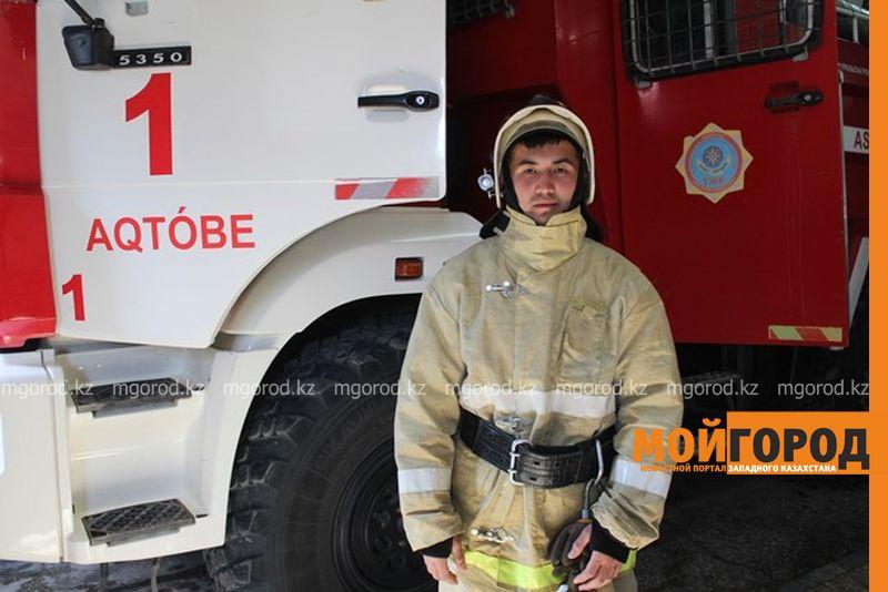 Новости Актобе - В Актобе гулявший с семьей пожарный, увидев горящий дом, спас людей