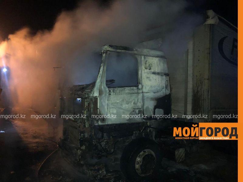 Новости Уральск - Большегруз с двумя прицепами сгорел в Уральске (фото)