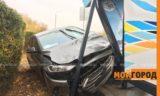Hyundai Elantra врезалась в остановку в Уральске (фото)