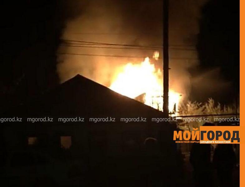 Жилой дом горел в Уральске (фото, видео)