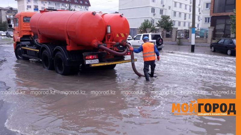 684 кубометра дождевой воды откачали в Атырау 3,6 тысяч кубов дождевой воды откачали во время ливня в Атырау