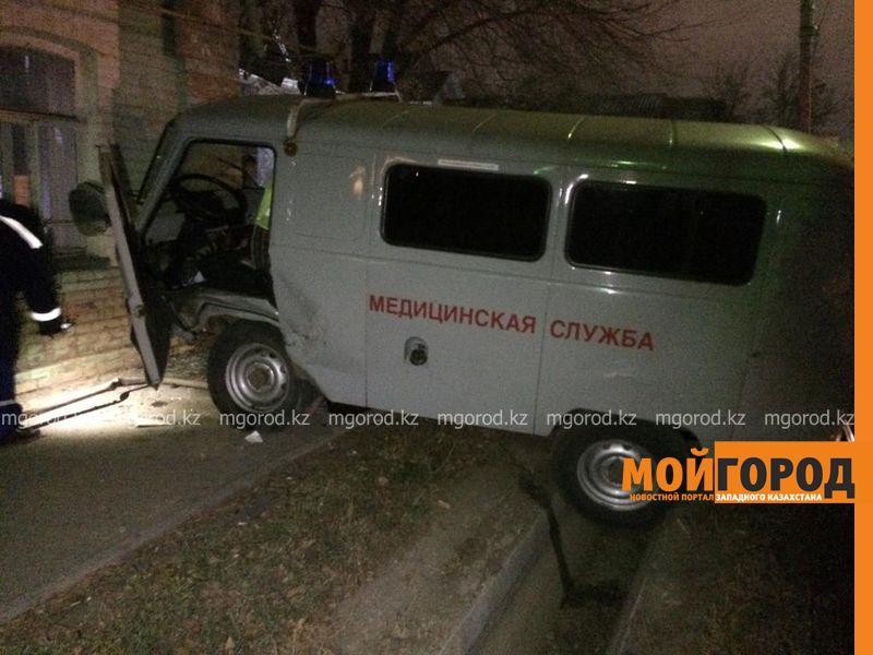 УАЗ врезался в жилой дом в Уральске (фото)