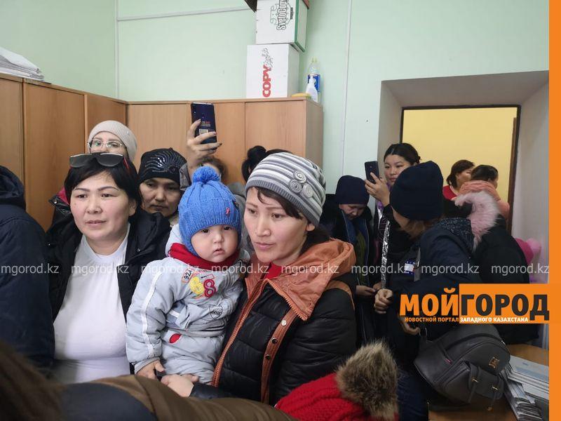 Десятки женщин устроили скандал в отделе занятости Уральскаиз-за задержки АСП(фото, видео)