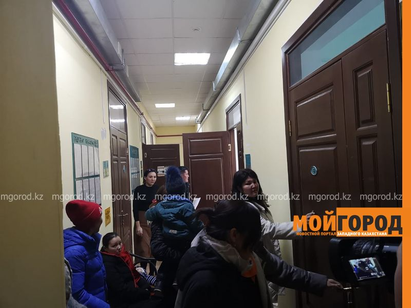 Новости Уральск - Десятки женщин устроили скандал в отделе занятости Уральскаиз-за задержки АСП(фото, видео)