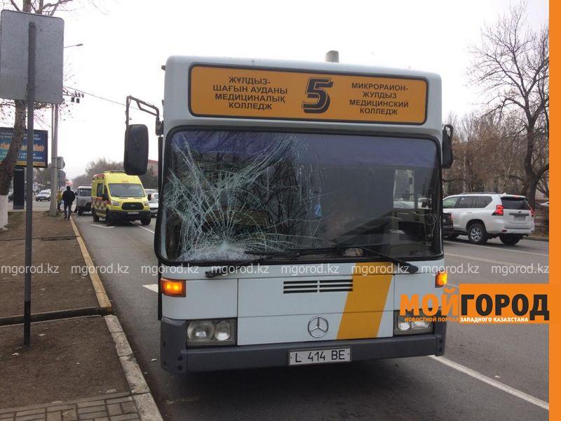Двух пешеходов сбил пассажирский автобус в Уральске