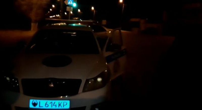 Полицейский на патрульной машине сбил девушку в Уральске (видео)
