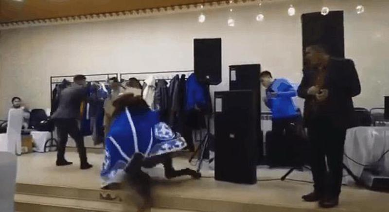 """""""Дешевые понты"""": видео с падающей в ресторане лошадью разгневало Казнет"""
