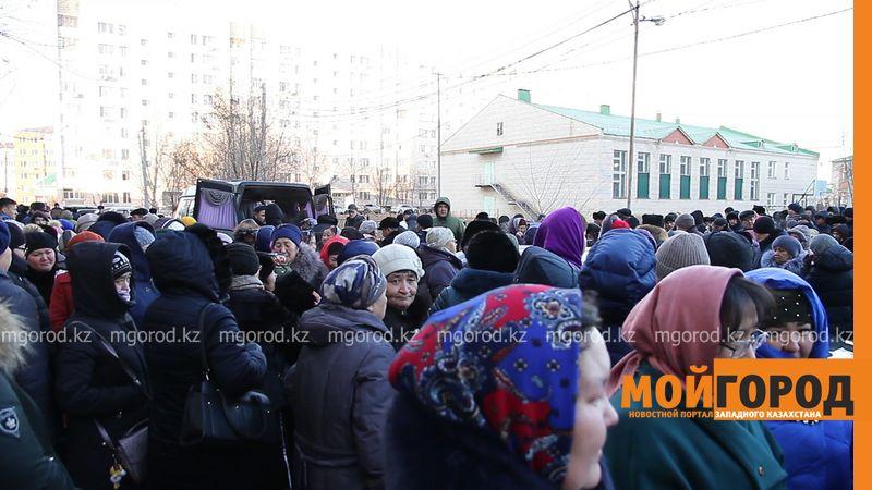 Сотни уральцев пришли на похороны погибшей в ДТП девочки