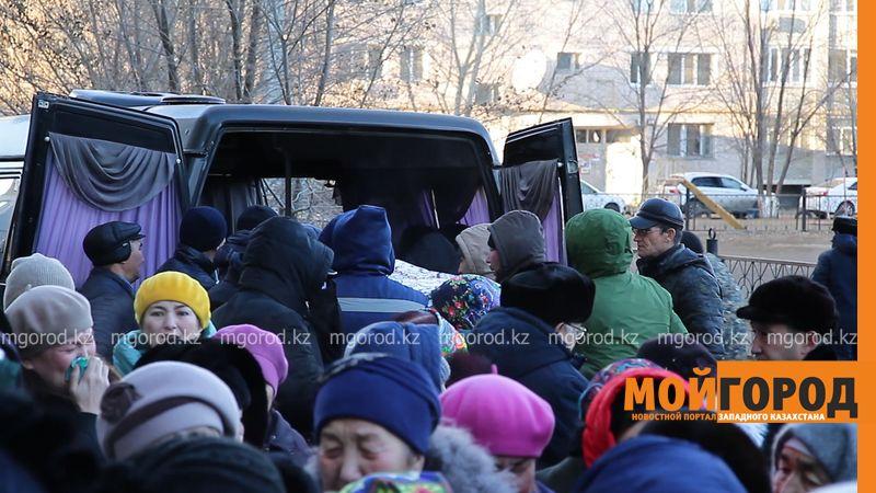 Новости Уральск - Сотни уральцев пришли на похороны погибшей в ДТП девочки