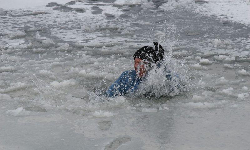 В ЗКО два рыбака провалились под лёд