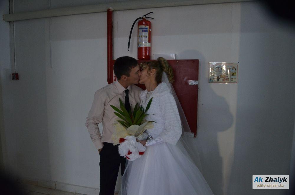 Жених на свободе, невеста в тюрьме: в Атырау состоялось необычное бракосочетание