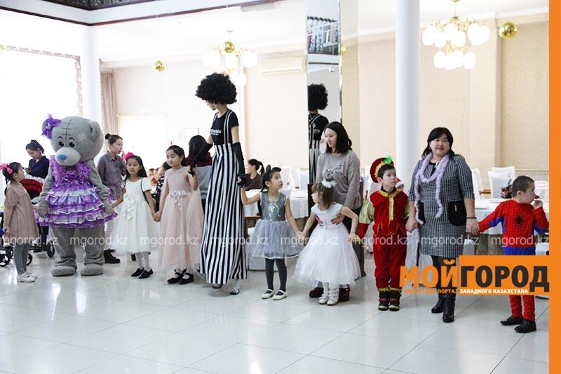 В Уральске начали проводить новогодние елки для детей-инвалидов