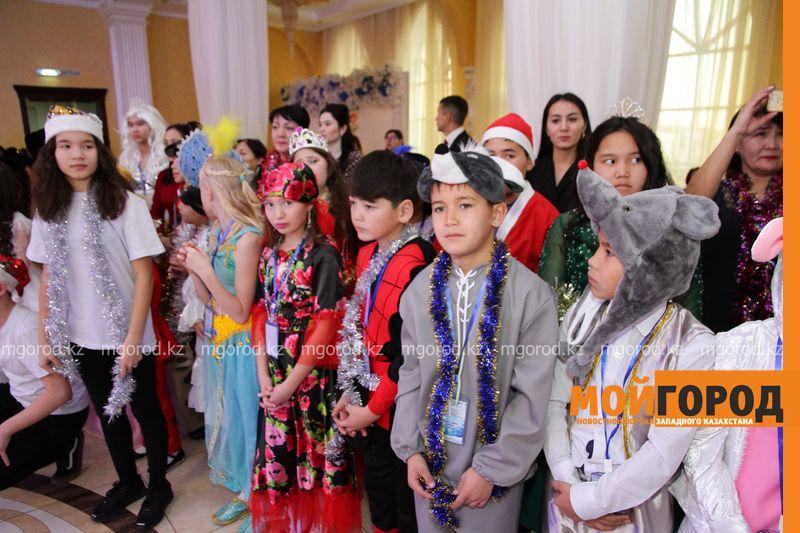 Новости Уральск - Планшеты и сладкие подарки на новогодней елке получили 180 детей из ЗКО