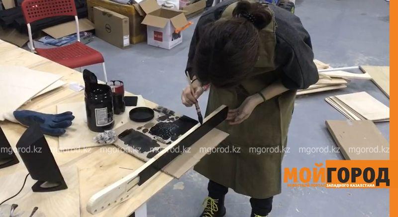 В Атырау школьница и студент создали электрогитару