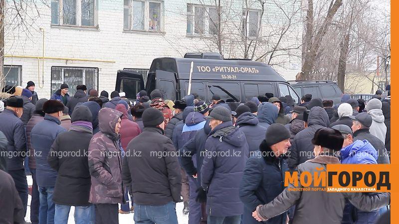 Погибшую в ДТП мать четверых детей проводили в последний путь в Уральске