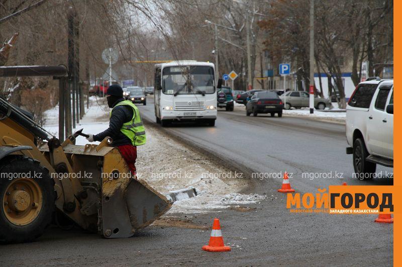 """В Уральске строители прокомментировали укладку """"асфальта"""" на снег"""