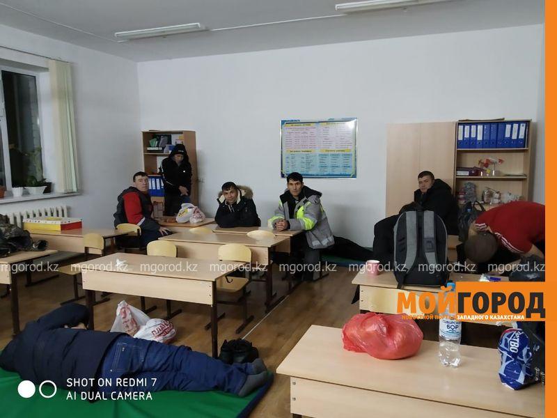 Новости Актобе - Автобус и 5 автомобилей с иностранцами оказались в снежном плену в Актюбинской области