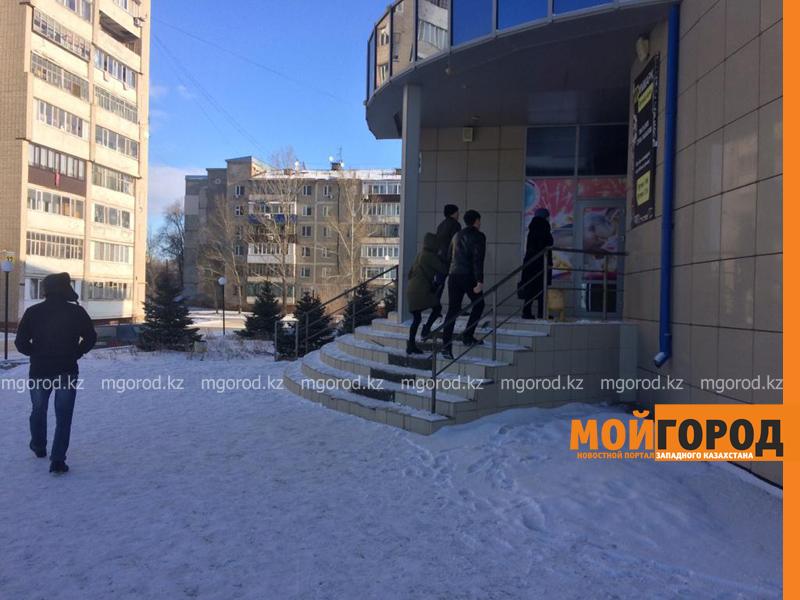 Десятки уральцев пришли к автокомплексу Уральска за бесплатными вещами (фото, видео)
