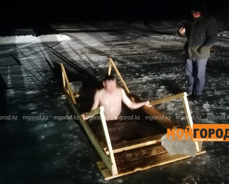 Сотни актюбинцев пришли купаться в проруби в крещенскую ночь