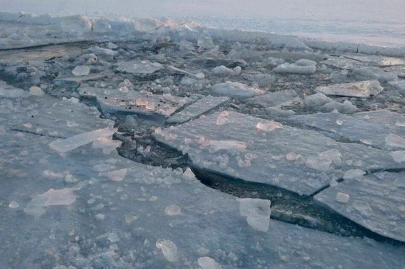 Четверо подростков в Атырау провалились под лёд (видео)