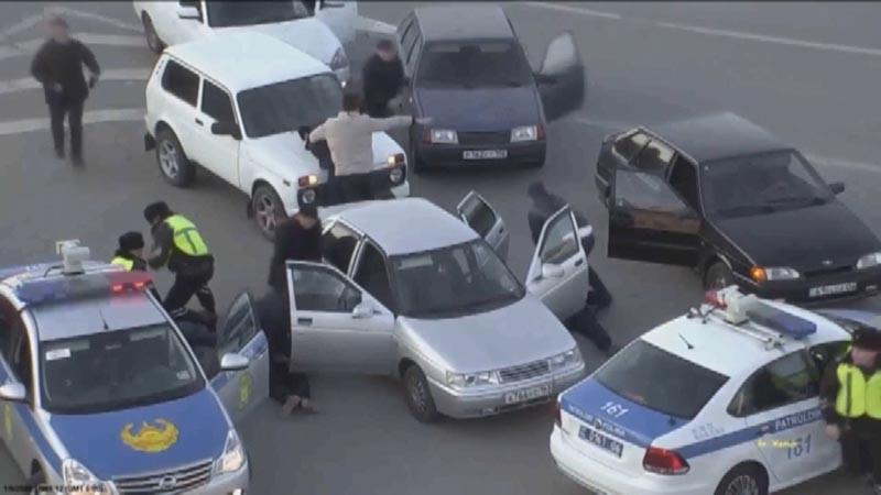 Двое мужчин ограбили АЗС в Атырау (видео)