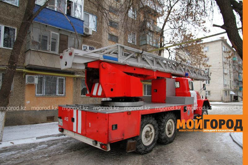 37 жителей Атырау эвакуировали во время пожара в общежитии