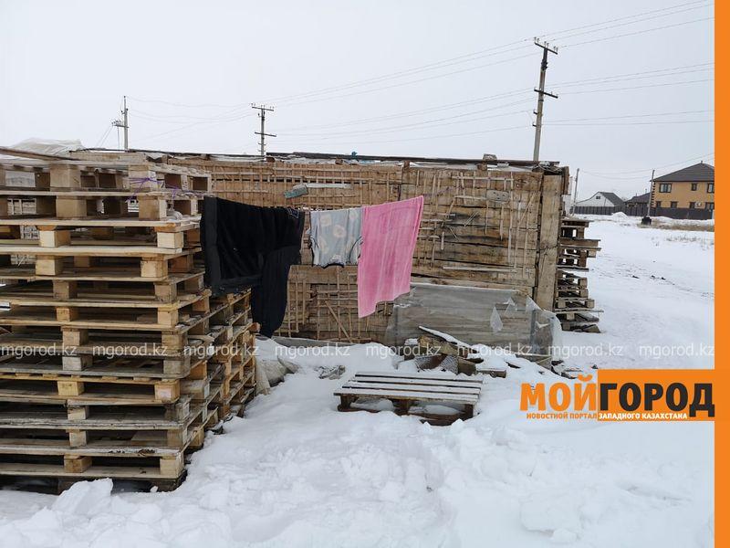 Женщина с сыном-школьником живут в строительном вагончике в Уральске