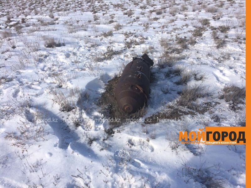 Похожие на авиабомбу снаряды нашли в степи ЗКО (фото)