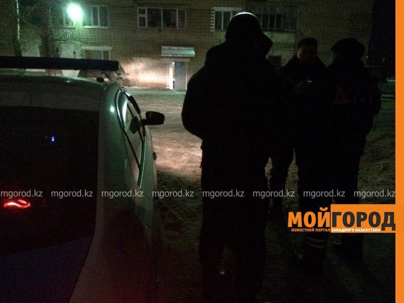 Мужчина в день своей свадьбы пытался сброситься с пятого этажа в Уральске (видео)