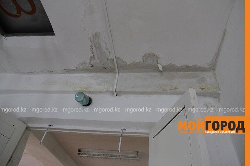 Тряпки, ведра и сырость в классе: в уральской школе протекает крыша