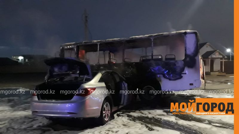 Автобус сгорел после столкновения с иномаркой в Атырау (фото, видео)