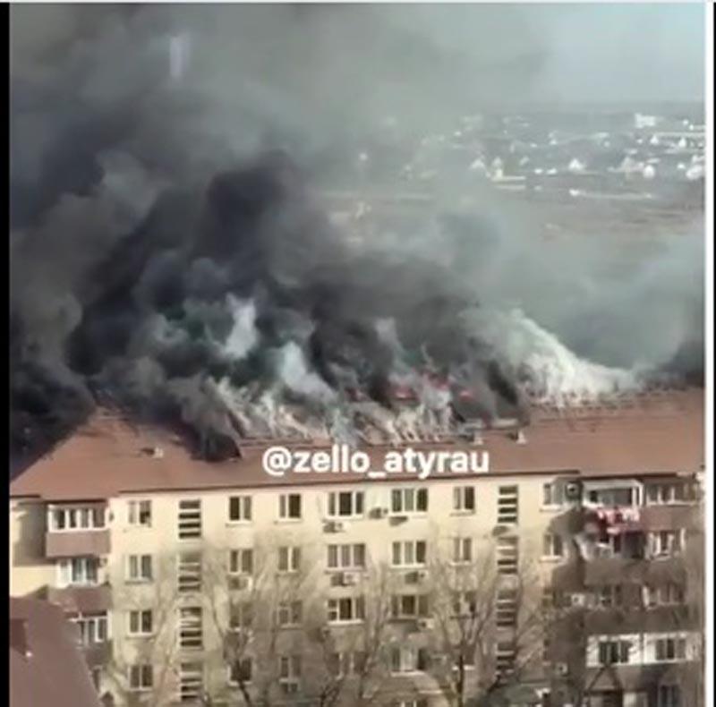 В Атырау горит кровля многоэтажного дома (видео)