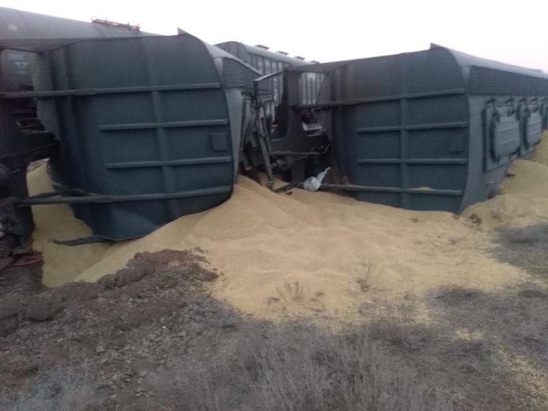 Вагоны с зерном сошли с рельсов в ЗКО (фото, видео)