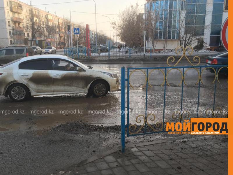 """В Актобе вместе со снегом """"растаял"""" асфальт (видео)"""
