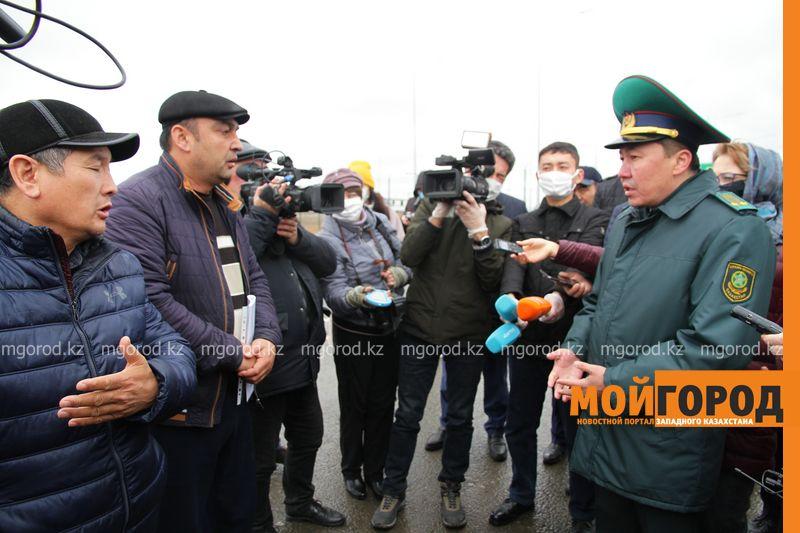 """Третьи сутки граждане Узбекистана и Кыргызстана не могут пересечь границу в ЗКО Трое суток без еды и воды иностранцы не могут пересечь пост """"Сырым"""" в ЗКО"""