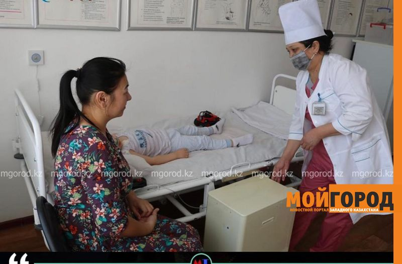 Атырауские врачи пять часов боролись за жизнь малыша, упавшего в септик