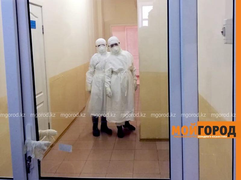 Зараженным коронавирусом в Уральске родственники передавали спиртное в больницу Пьяные зараженные коронавирусом пациенты оскорбляли медсестер и пытались снять защитные костюмы с врачей