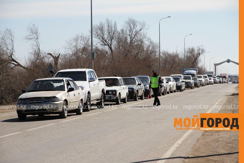 Километровая очередь образовалась у блокпоста в Уральске Километровая очередь образовалась у блок поста в Уральске