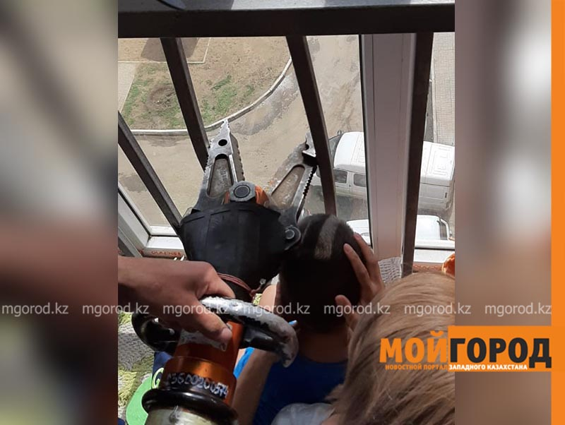 Голова ребенка застряла между металлическими прутьями на балконе в Актобе (фото) Голова ребенка застряла между металлическими прутьями на балконе в Актобе