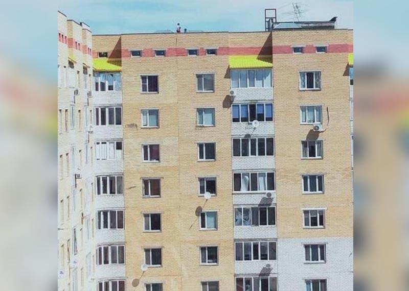 Играющих на крыше девятиэтажки детей сняли на видео в Уральске Играющих на крыше девятиэтажки детей сняли на видео в Уральске