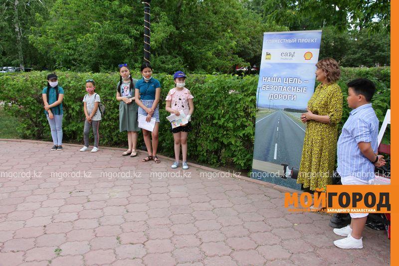 Ержан Максим вручил приз победительнице детского конкурса в Уральске Дрон подарили пятикласснице из Уральска за лучший рисунок