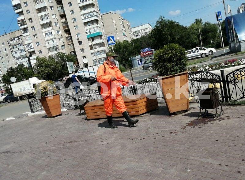 Улицы и остановочные павильоны продезинфицировали в Уральске Улицы и остановочные павильоны продезинфицировали в Уральске