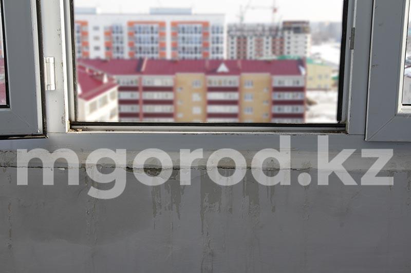 Двухлетний ребенок выпал из окна многоэтажки в Уральске Двухлетняя девочка выпала из окна в Атырау