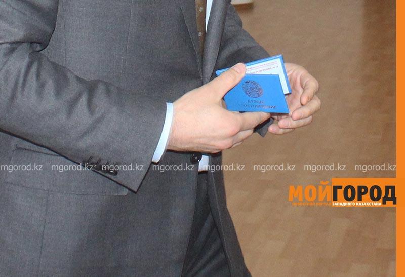 В Актобе служебные удостоверения госслужащих заменят на  ID-карты В Актобе служебные удостоверения госслужащих заменят на ID-карты