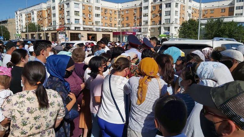 Давка образовалась в Атырау на акции по бесплатной раздаче лекарств Давка образовалась в Атырау на акции по бесплатной раздаче лекарств