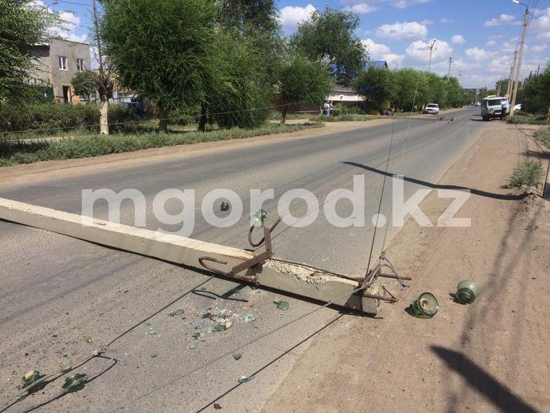 Столбы упали на дорогу после ДТП в Уральске (фото) Столбы упали на дорогу после ДТП в Уральске (фото)