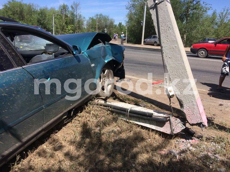 Audi врезалась в столб после столкновения с Lifan в Уральске (фото) Audi врезалась в столб после столкновения с Lifan в Уральске