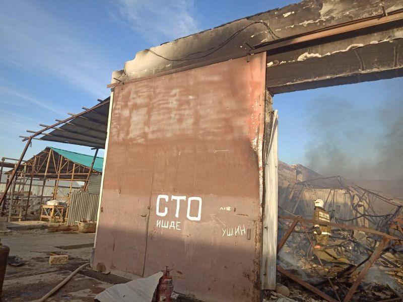 Восемь автомобилей сгорели при пожаре на СТО Атырау (фото) Восемь автомобилей сгорели при пожаре на СТО Атырау